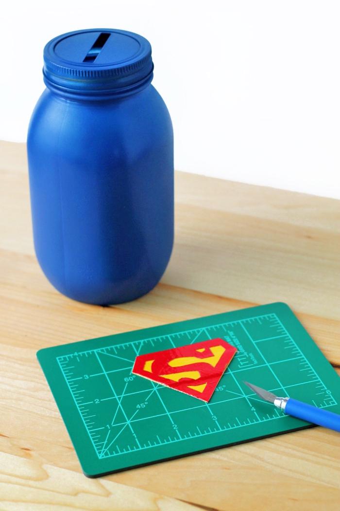 einmachgläser upcyceln ideen, spardose selber basteln, blaues einmachglas, supermann logo