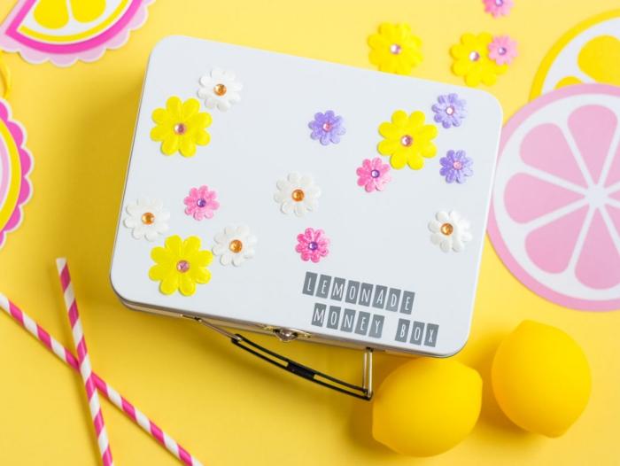 spardose selber machen, große weiße box aus metall, limonade geld sammeln, bunte blüten