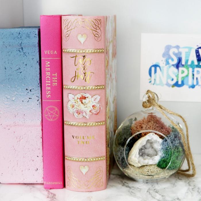 spardose selbst gestalten, bücher mit rosa buchdeckeln, mini terarrium, florrarium