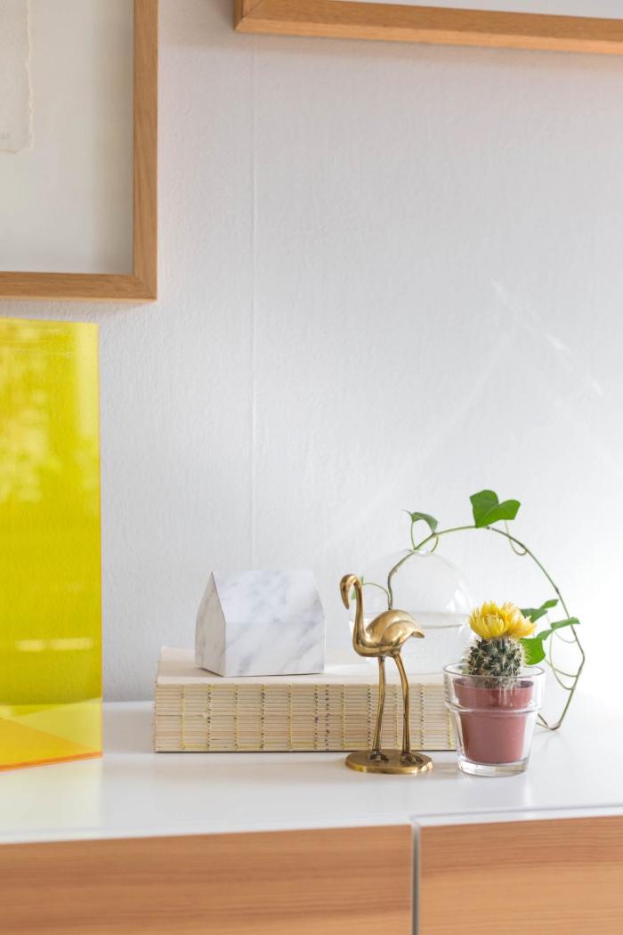 spardose selbst gestalten, papier mit marmomr muster, goldener flamingo, kleine kaktee