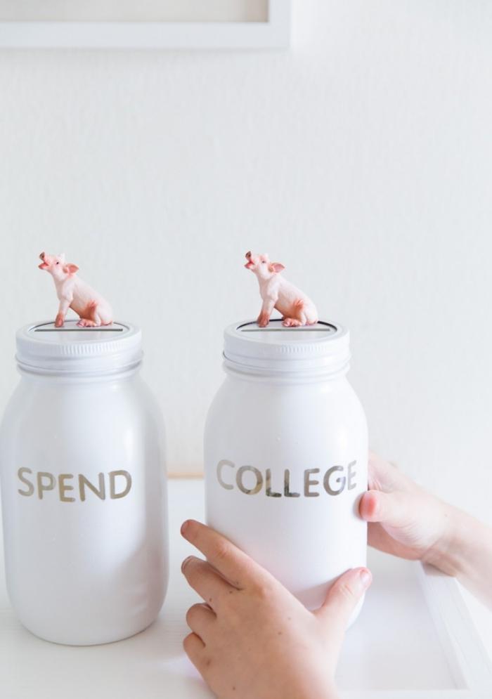 sparschwein basteln, einmachgläser dekoriert mit weißer farbe und kleinen schwein figuren
