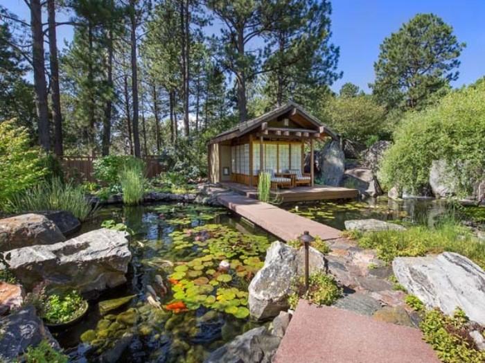 Flachdachhaus oder Spitzdach Ideen zum Nachmachen, Teich oder kleiner See im Garten, schöne Bepflanzungideen