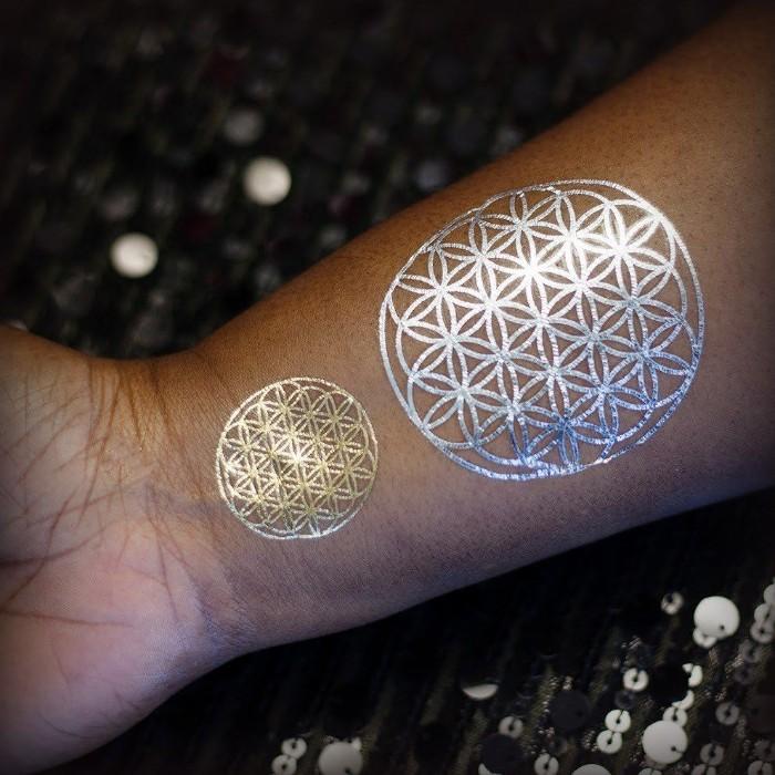 schöne tattoos design in silbern und golden, kleine runde formen, schöne ideen zum tätowieren