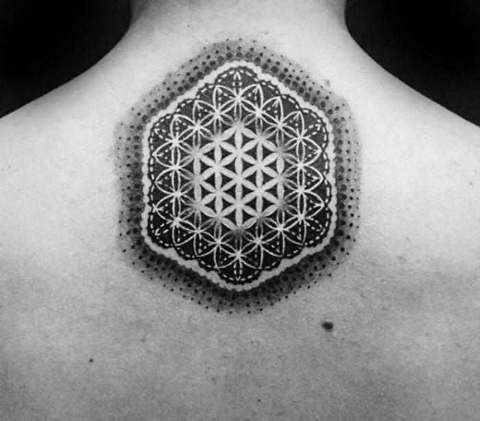 rücken tattoo für männer und frauen, dezentes und universelles design idee, rücken verzieren