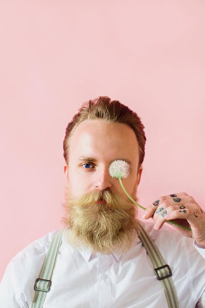 tattoo bedeutung ideen für männer, hipster style fingertattoos, mann mit hosenträger und weißes hemd