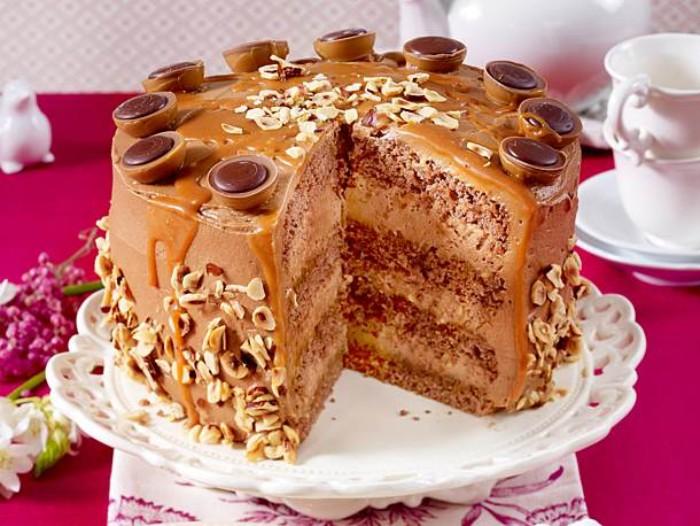 erdbeer yogurette torte und tofefee torte, motivtorte selber machen, nüsse und schokolade