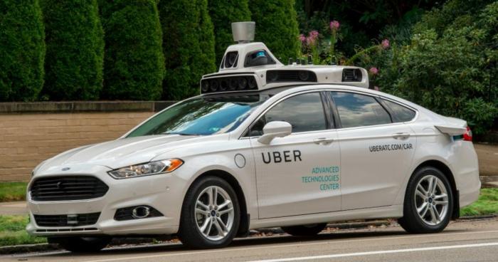 ein weißes Auto, das sich selbst fahren kann von Uber, durch Uber App