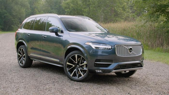 ein blaues Auto von Volvo, Auto im Garten, grünes Grass, überall fühlen sie sich im Auto sicher