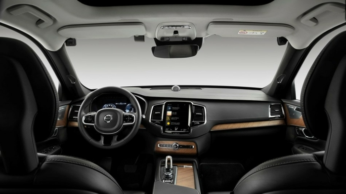 ein Volvo Auto im Inneren, darin gibt es Kameras, die die Bewegungen des Fahrers folgen