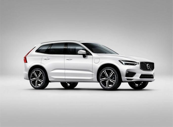 ein weißes Auto von Volvo mit schwarzen Rädern auf weißem Hintergrund