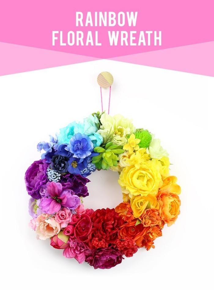 kranz dekoriert mit blumen in den farben des regenbogens, wanddeko selber machen, diy