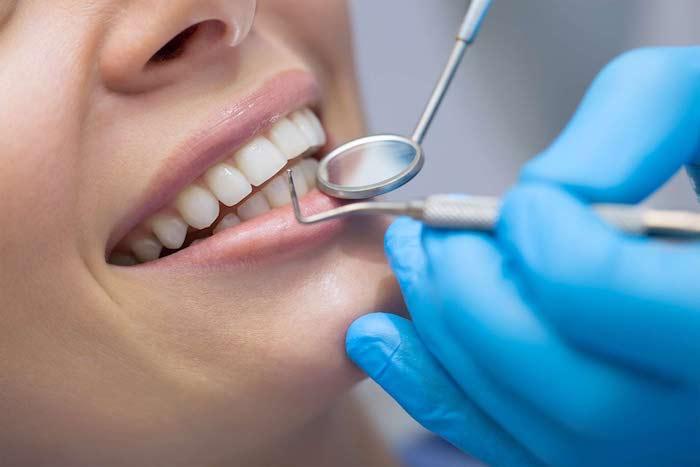 ein zahnarzt und patient mit weißen zähnen