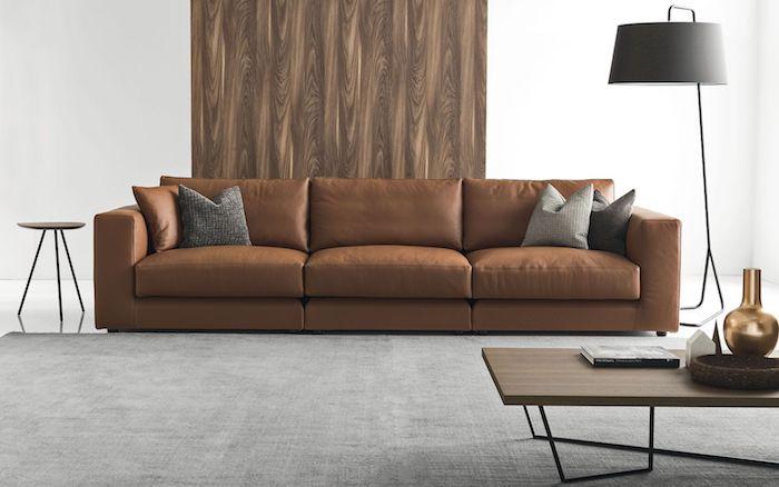 ein braunes sofa und graue kissen im wohnzimmer