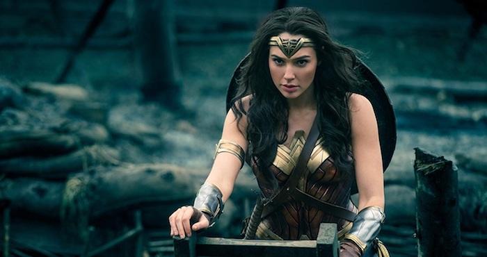 szene von dem dc film wonder woman mit einer jungen frau mit langem schwarzen haar und mit einem superhelden kostüm aus leder