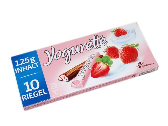 joghurette torte mit den kleinen süßen schnitten machen, schokolade mit sahne und erdbeeren, die perfekto kombination die originalverpackung von yoguretten