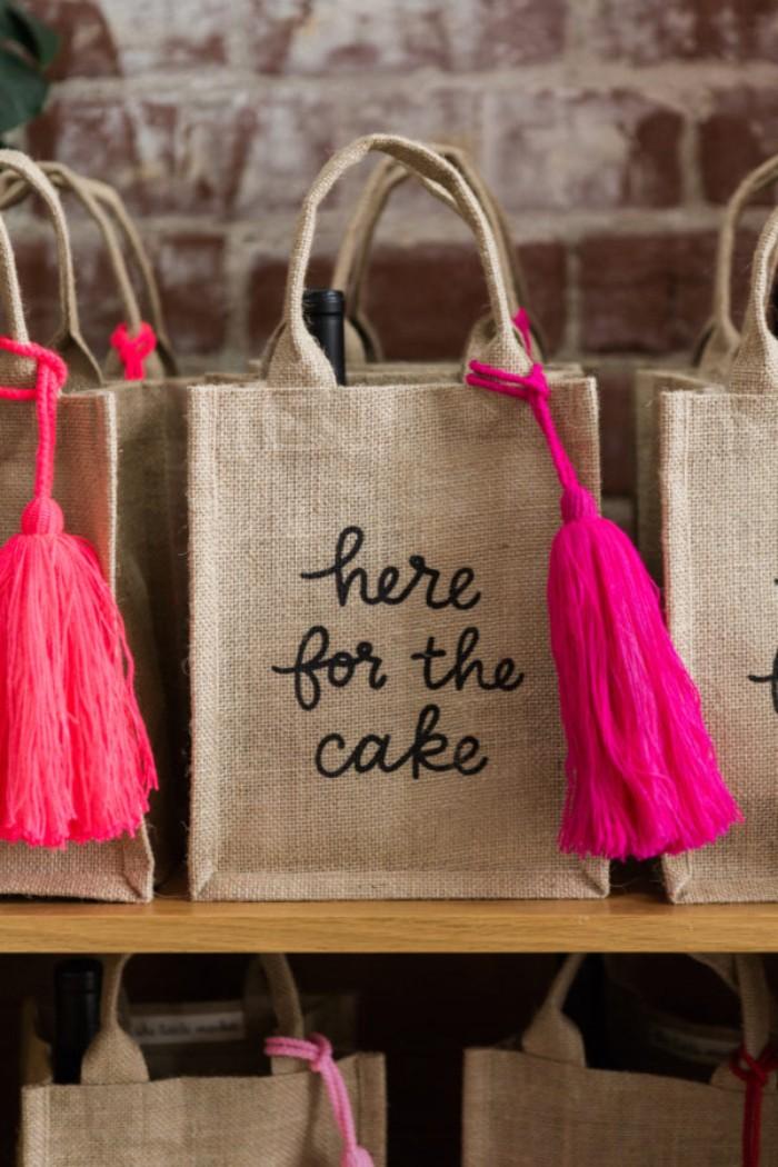 jogurette tasche für kuchen und torte, lustiges design coole ideen, rosarote deko an einer eko tasche