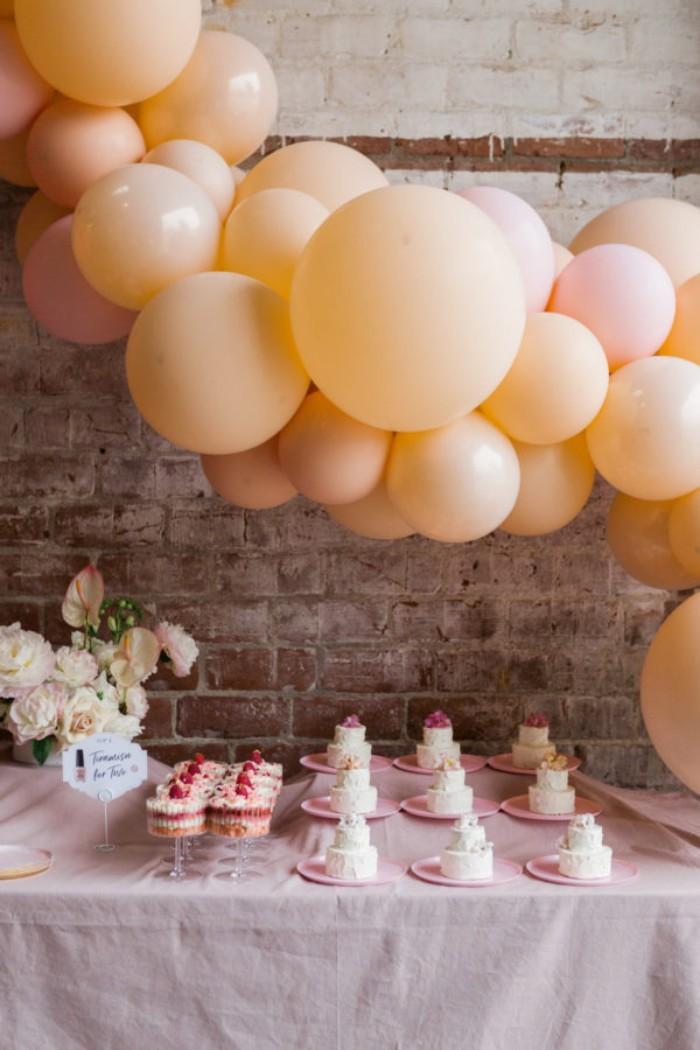 jogurette deko ideen und kleine törtchen für jeden auf einer party, balloons deko, frische weiße rosen, kleinen kuchen oder cheesecakes