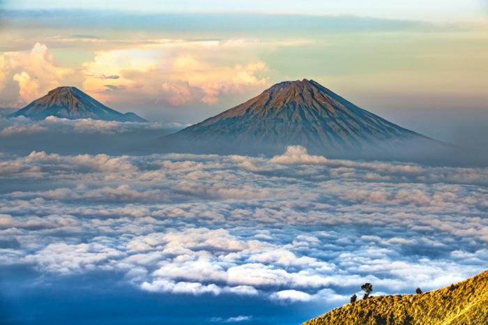 zwei Berge, Wolken und Sonne, ein traumhaftes Bild, hübsche Bilder von Landschaften