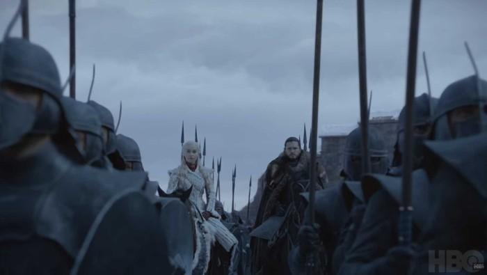 himmel mit vielen grauen wolken, armee aus vielen menschen, die schauspielerin emilia clarke mit einem weißen kleid, zwei pferde, daenerys und jon snow