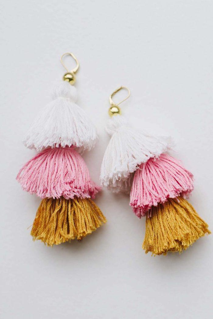Ohrringe mit bunten Bommeln, DIY Weihnachtsgeschenk für Freundin, drei Farben, Weiß Rosa und Senf