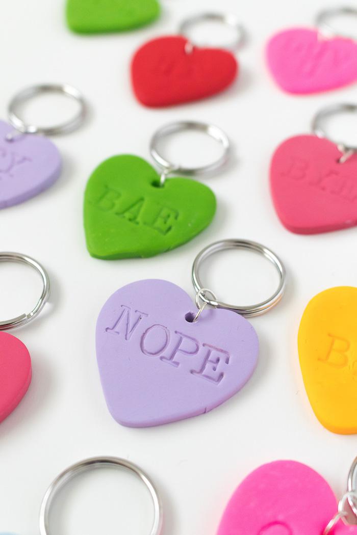 Schlüsselanhänger aus Modelliermasse in Form von Herzen selber machen, Geschenkidee zum Nachmachen