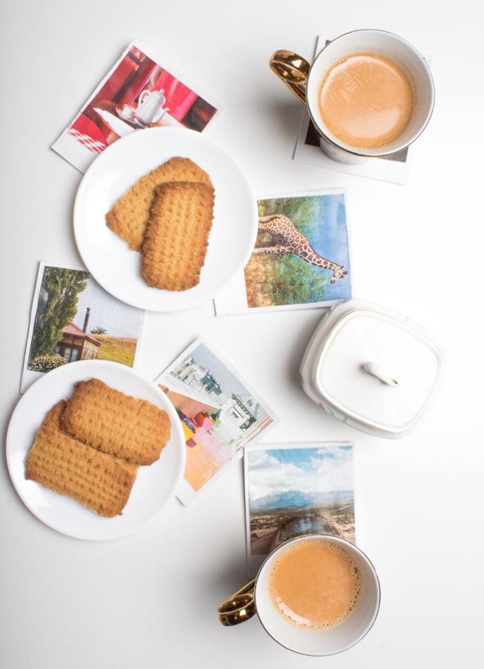 Glasuntersetzer basteln mit Fotos, Tassen Kaffee und selbstgebackene Kekse