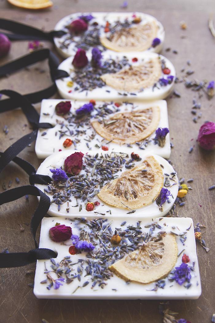 Seife selbst herstellen, mit getrockneten Zitronenscheiben und Blüten, Weihnachtsgeschenk für Freundin