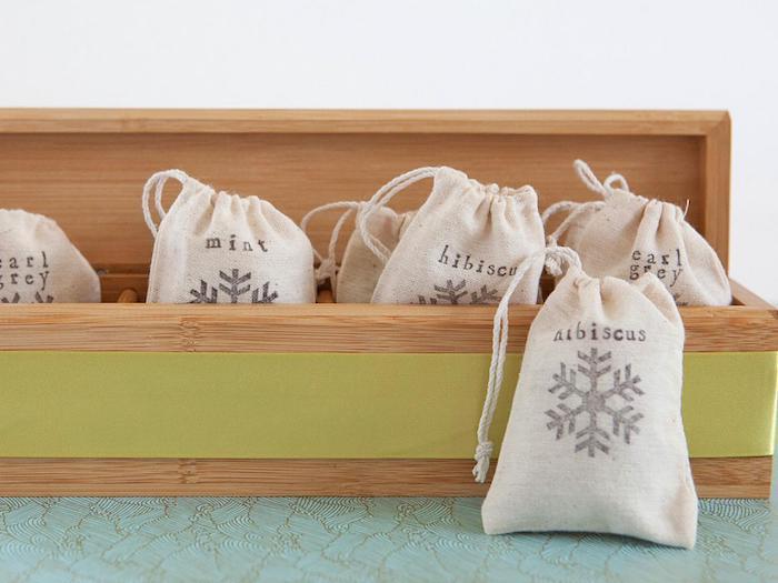 Lufterfrischer selber machen, kleine Säckchen mit getrockneten Blüten füllen