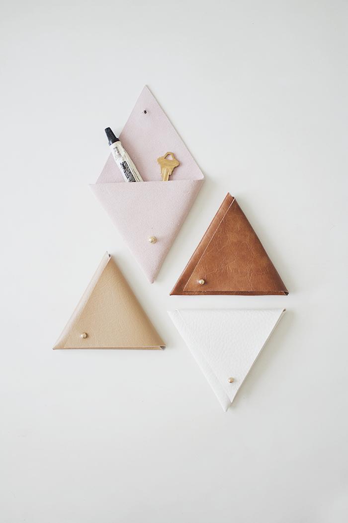 DIY Organizer an der Wand aus Leder, vier dreieckige Taschen, Anleitung Schritt für Schritt