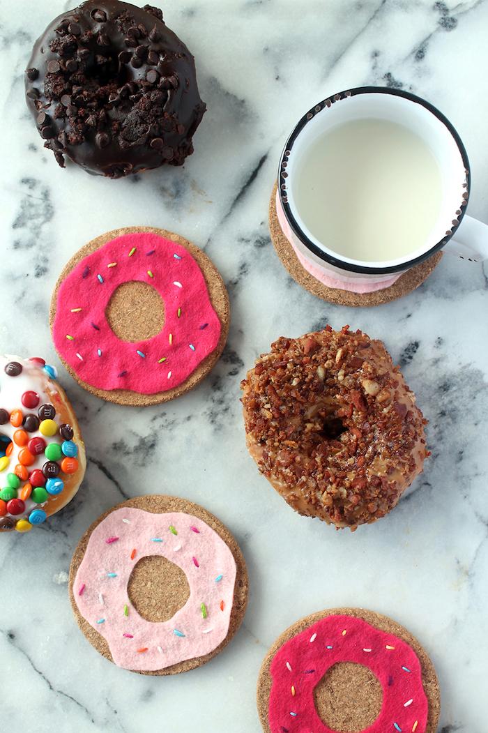 Donut Glasuntersetzer selber machen aus Korken, mit Filz Applikation dekorieren