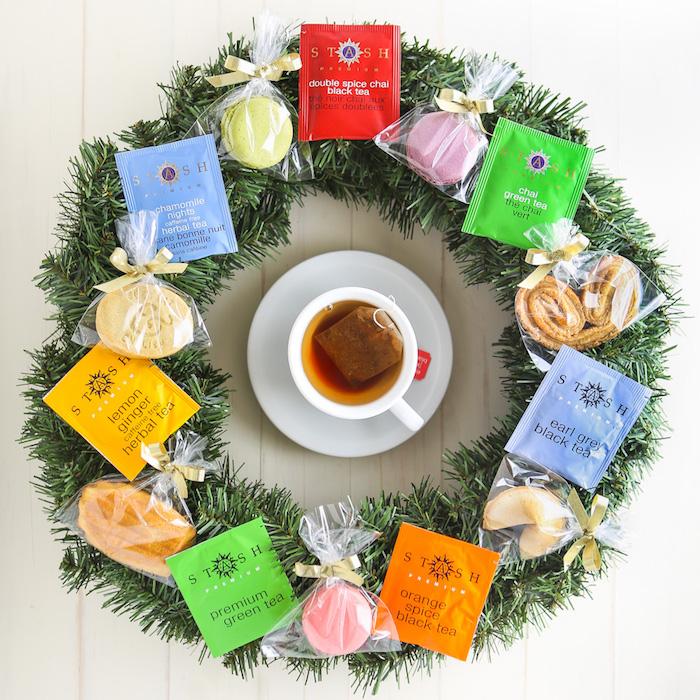 Weihnachtskranz dekoriert mit Teebeuteln und Keksen, Geschenkidee für Teeliebhaber