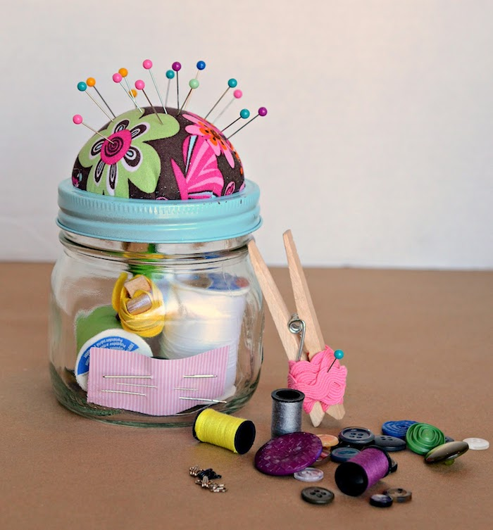 Nadelkissen auf kleinem Einmachglas voll mit Nadeln und Fäden, DIY Geschenk für Mama oder Oma