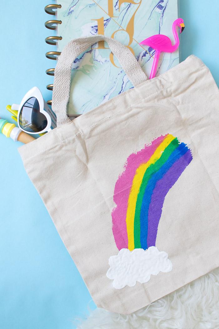 Taschen selbst bedrucken, Regenbogen und kleine weiße Wolke, DIY Geschenk für Freundin