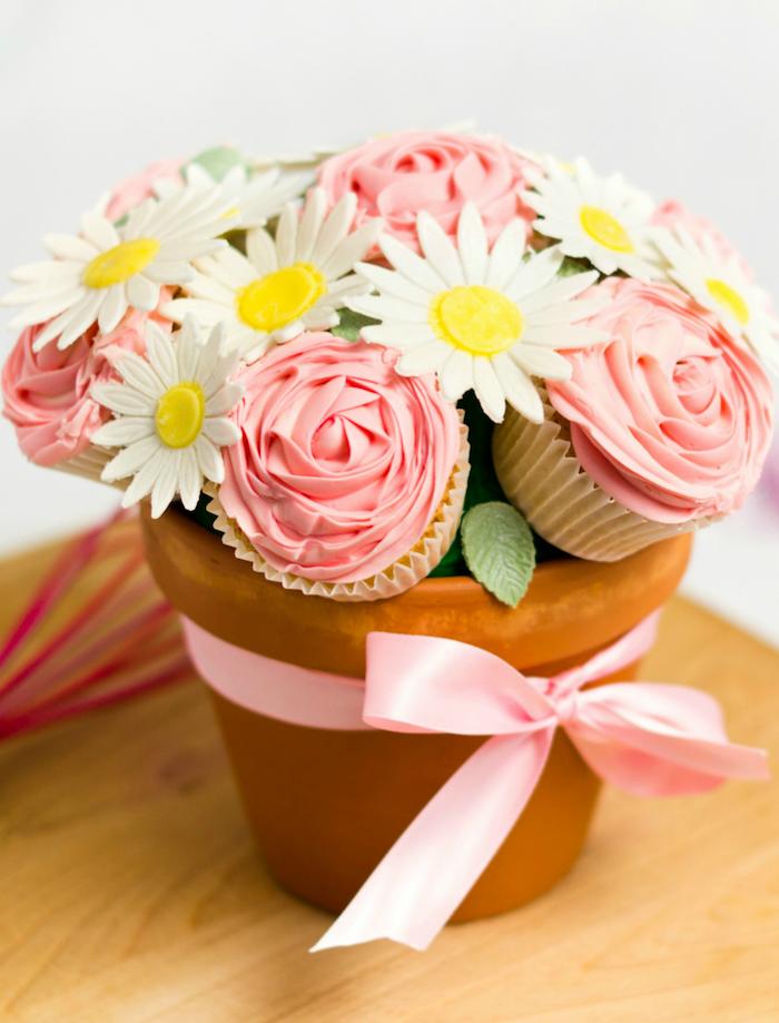 DIY Geschenkidee zum Muttertag, Cupcakes und Deko Blumen in Blumentopf, mit rosa Schleife