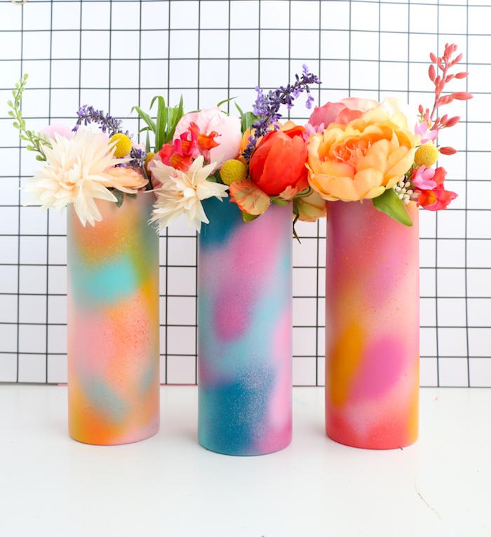Ombre Vasen selber machen, mit bunten Spays besprühen, DIY Geschenk zum Muttertag