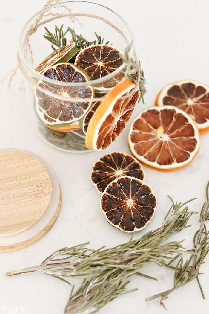 Idee für DIY Lufterfrischer, Rosmarinzweige und getrocknete Orangenscheiben in Einmachglas aufbewahren