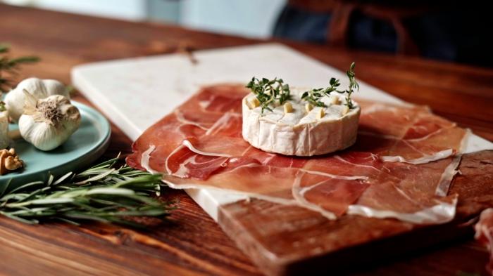 5 bruch rezepte zum vorbereiten brie käse mit prosciutto thymian und knoblauch