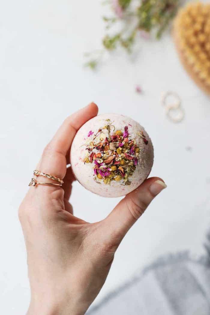 Badekugeln mit getrockneten Blüten selbst herstellen, DIY Geschenk für Freundin