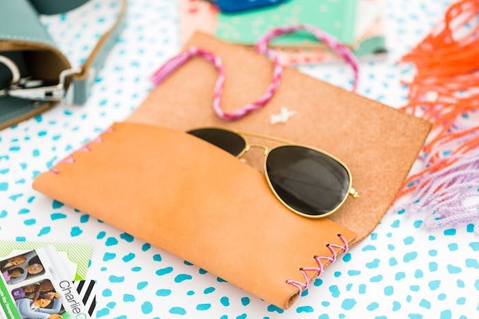 Case für Sonnenbrille aus Leder selber nähen, DIY Geschenkidee zum Nachmachen