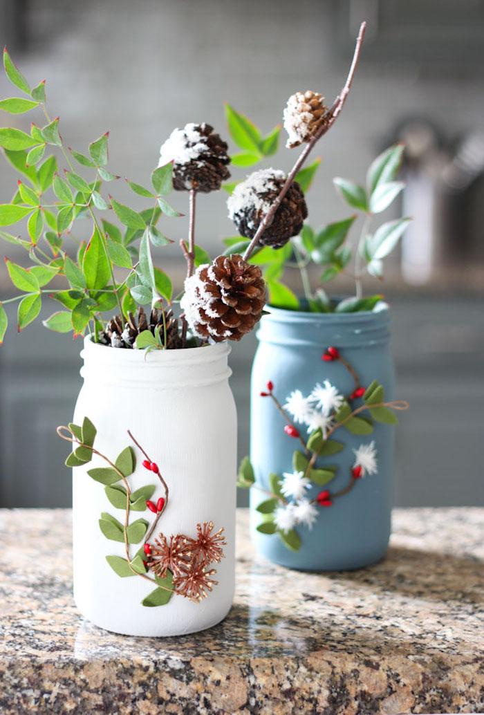 Kleine Vasen aus Einmachgläsern selber machen, mit Acrylfarbe bemalen, mit Blüten und Zweigen dekorieren