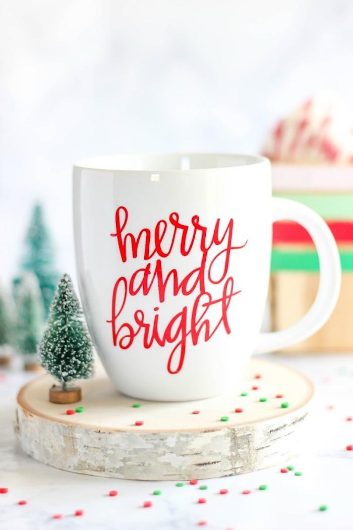 Weiße Tasse mit roter Aufschrift Merry and Bright, DIY Idee für personalisiertes Weihnachtsgeschenk