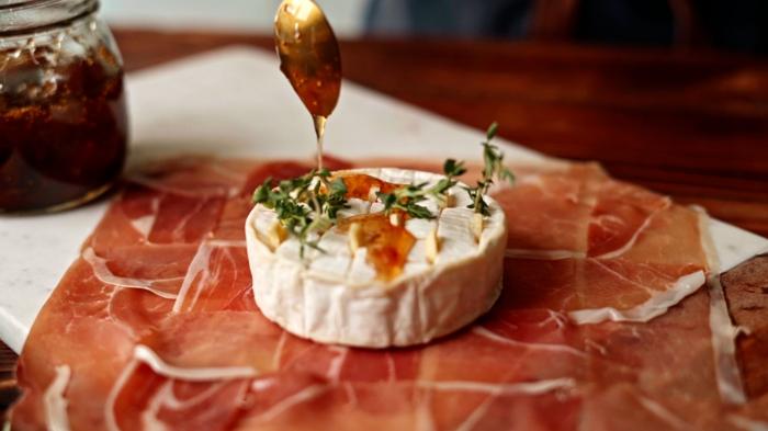 6 leckere bruch rezepte zum vorbereiten brie backen käse mit thymian knoblauch und prosciutto