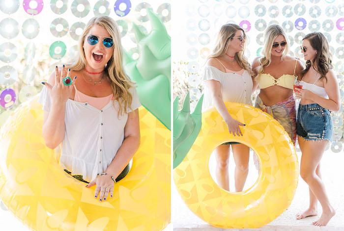 90er inspirierte Party, coole Ideen für glamourösen Junggesellenabschied, aufblasbare Ananas, Verlobungsring aus Kunststoff