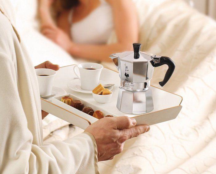 geburtstagsgeschenk für freund, kaffee und frühstück im bett bringen, geburtstagsgeschenke für ihn