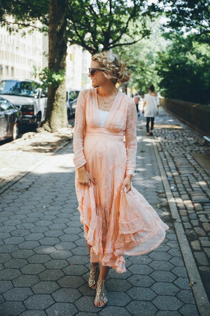 Elegantes Sommerkleid in Zartrosa für Schwangere mit langen Ärmeln, lässige Flechtfrisur