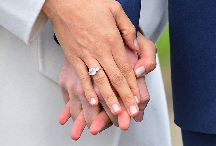 Verlobungsring aus Gelbgold mit einem Diamanten, Symbol der ewigen Liebe und Zukunftversprechen