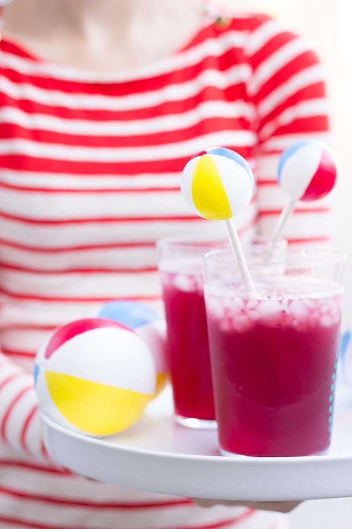 Erfrischende Getränke mit Eis für Sommer Junggesellenabschied, Bälle aus Styropor für Strand Stimmung
