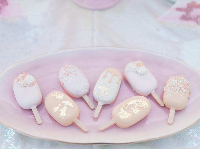 Leckeres Partyessen für glamourösen Junggesellenabschied, Mini Eis, Party Farben Weiß und Rosa