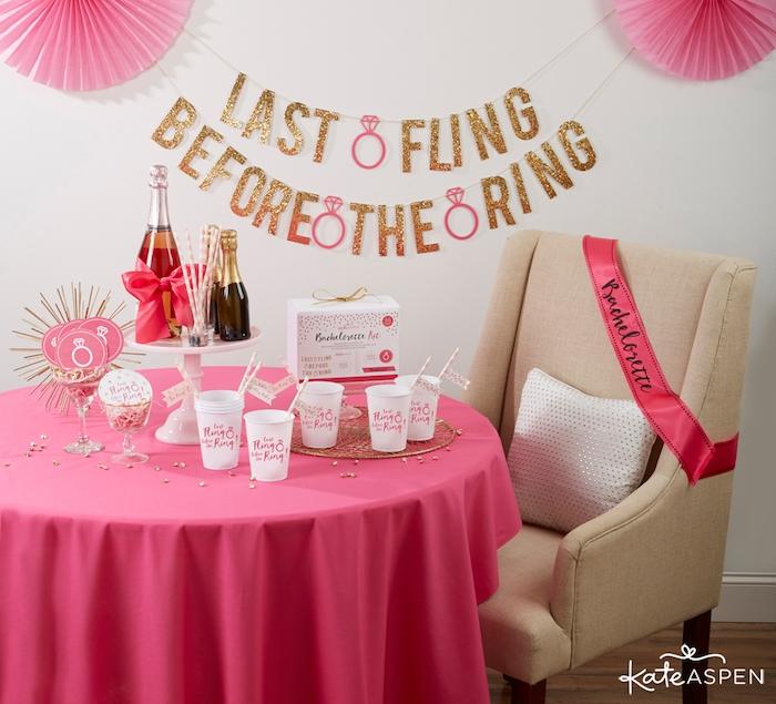 Deko Ideen für glamourösen Junggesellenabschied in Pink und Weiß, Girlande mit Glitter, rosa Dekobänder