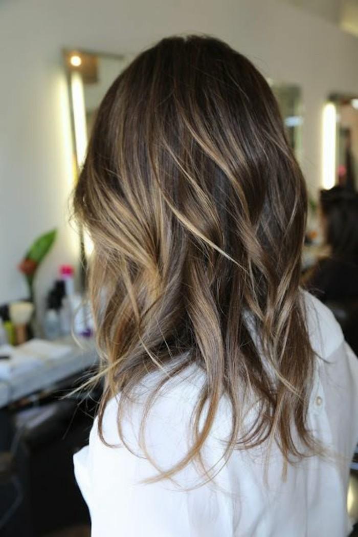 balayage dunkelbraun mit platinum blonden strähnen in den haaren, frau mit weißem hemd